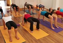 hatha yoga / Es una práctica muy equilibrada y completa en la que integramos el trabajo físico, respiratorio y mental. Puede ser un buen comienzo si quieres empezar a hacer yoga. Muy recomendable también si llevas ya tiempo practicando y quieres seguir profundizando, para descubrir cómo en cada postura hay un camino infinito, incluso en las que aparentemente son más sencillas.