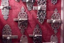 Salon d'antiquité de la bastille 2016. On y a découvert un Antiquaire, duboc Rodolphe stand 14 / haute époque. art Populaire, argenterie 18eme, ferronnerie d'art, bougeoir Henri II,