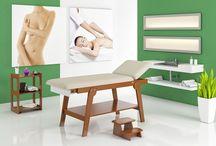 Linea Medicale: Lettino Firenze / Realizzato in legno massello di faggio in color ciliegio con cuscineria in color Beige completo di portarotolo e mensola inferiore portaoggetto
