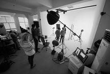 FuaStudio / FuaStudio, fotoğraf çekimi (moda, ürün, cast, mimari ve mobilya), video çekimi (klip ve kısa tanıtım filmi), grafik tasarım (Kurumsal Kimlik çalışması ve web tasarımı), prodüksiyon (sanat yönetmenliği, set tasarımı ve aksesuar, casting, styling, saç, makyaj, lokasyon araştırma ve ekipman kiralama) ve post prodüksiyon (re-touch, kompozit edit, manipülasyon, CGI, renk yönetimi, baskı prova, video montaj ve color) hizmetlerini en profesyonel ekibi ile sizlere sunmaktadır.