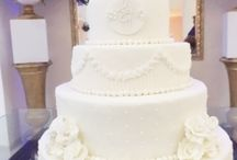 Camadas de Flores e Felicidades! / Bolo de Casamento por Ana Barros Bolos! Detalhe aos lindos noivinhos!