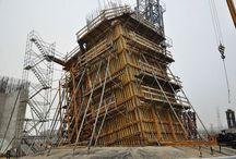 Most na rzece Wisłoku w Rzeszowie / W październiku rozpoczęły się prace przy budowie starterów pylonu mostu łączącego dwa rzeszowskie osiedla: Staromieście i Załęże. Nowa, licząca ponad 480 m długości, przeprawa będzie najdłuższa na Podkarpaciu. Warta ponad 180 mln złotych inwestycja ma domknąć północną obwodnicę Rzeszowa i odciążyć śródmieście Rzeszowa. Pylon będzie miał 110 m wysokości (wyższy od niego jest tylko nowy most Rędziński we Wrocławiu, którego wysokość wynosi 122 m).