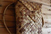 proutí, sláma, dřevo, jehličí, papír, sklo atd. (DIY)