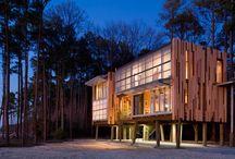 Casa Modular en el Bosque / El diseño, la tecnología ecológica empleada y la rapidez en cuanto a la creación de la vivienda, nos demuestran una facultad clara de las casas modulares. En este caso, Kieran Timberlake, decidió levantar esta vivienda soportada por pilares en los bosques de Maryland.