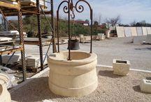 Puits de jardin en pierre reconstituée / Installation autrefois vitale, le puits de jardin est aujourd'hui considéré comme un élément principalement décoratif dans l'aménagement extérieur. Notre gamme de puits en pierre reconstituée se compose de deux modèles: un puits en 6 éléments à assembler et un puits monolithique (plus lourd). Fabriqués par procédé de moulage, nos puits ont un aspect pierre naturelle taillée à la main et se présentent comme de véritables puits artisanaux.