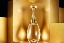 Or et Paillettes / Flacons de parfums et bouteilles de champagne, mis en scène avec la thématique de l'or. Flacons and bottle of Champagne with golden sparks and glitters.