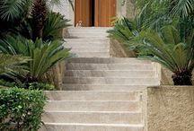 Escadas com paisagismo