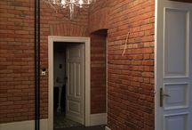 """Another brick in the wall - cegła dekoracyjna / Efekt cegły pojawia się coraz częściej w wizualizacjach architektów czy dekoratorów wnętrz, ale nie tylko...  Co zrobić, kiedy zamarzy nam się taka """"czerwona"""" ściana w salonie czy w sypialni? Sytuacja wydaje się dosyć prosta, gdy budynek, który zamieszkujemy – wybudowano z pięknej, wypalanej cegły pełnej. Ale czy na pewno?! Więcej na: http://budujpewnie.pl/2017/07/21/another-brick-in-the-wall-czyli-jak-wykonac-cegle-dekoracyjna/"""