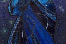 Mucha: kék ruhás