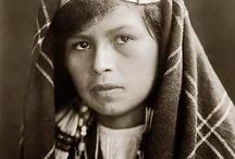Quinault People / Les Quinaults sont une population d'amérindiens de l'ouest de l'État de Washington.  La tribu vit non loin de l'océan Pacifique et dispose d'une réserve indienne au nord-ouest de la péninsule Olympique. La tribu emploie un langage de la famille des langues salishennes.  (Wikipédia)