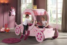 Lit Fille / Retrouvez les véritables lits dédiés aux petites filles. Lit rose, Lit de princesse, Lit voiture rose, Lit calèche... Les petites filles seront ravies de s'endormir dans ces beaux lits. #LitFille