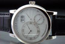 """A. Lange & Sohne / L'azienda """"A. Lange & Söhne"""" nasce a Glashütte, in Germania, nel 1875 grazie alle doti in orologeria di Ferdinand Adolph Lange e ai suoi figli Richard e Emil, che ne ereditano la professione unita alla passione. La scelta del nome risale invece al 1868..."""