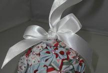 Christmas ornaments / Bolas de foam forradas con floresitas de tela