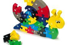 Pienille tekijöille / Iloisen värikkäitä puuleluja, jotka vaativat hieman sorminäppäryyttä  ja kehittävät ongelmanratkaisutaitoja.