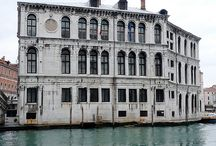 Palazzo dei Camerlenghi / Palazzo dei Camerlenghi is a Renaissance palace in Venice, northern Italy, located in the sestiere (quarter) of San Polo. It faces the Canal Grande, near the Rialto Bridge.