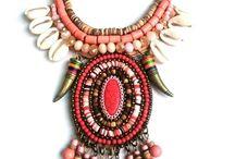 Collection indy / Des colliers et sautoirs fantaisie de style Indy. Un mélange de perles, de plumes et de coquillages dans des tons naturels, c'est la tendance du moment !!!
