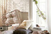 Rincón Relax / Un espacio que no puede faltar en nuestro hogar es un rincón de relax, donde cada vez que nos sintamos cansados o lleguemos del trabajo nos llame al descanso. Donde podamos acomodarnos y poder desconectarnos unos momentos de todo. Este rincón puedes decorarlo con cojines de colores, algunas mantas, un futón cómodo, cuadros, velas, etc. Aquí recopilamos algunas ideas para que puedas decorar tu propio espacio de relajo.