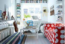 """Woonkamer / De woonkamer in Zweedse stijl wordt wit met kleuraccenten (vooral rood en blauw) en heel veel """"speeldingen"""" (speelgoed, instrumenten, gymspullen, consoles etc.) / by Martine Mussies"""