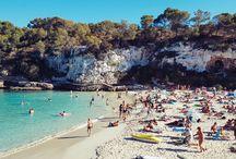 MALLORCA: CALA LLOMBARDS / Der Strand Cala Llombards liegt im Südosten von Mallorca und ist einer unserer Lieblingsstrände. Türkises Meer, feiner Sand, helle Felswände und keine hässlichen Hotelbauten in der Nähe. Ein perfekter Strand für einen Tag am Meer!