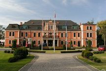 Kobierzyce - Pałac / Pałac w Kobierzycach wzniesiony przez rodzinę Konisdorfów w 1730 r. Początkowo prawdopodobnie pełnił funkcję letniej rezydencji, by po 1788 r. stać się siedzibą jednej z linii rodu.   W pałacu od 1952 r. w dwóch salach uczyły się dzieci niemieckie. W 1958 r. zdewastowany budynek wyremontowano i urządzono na parterze pracownie hodowlane Stacji Hodowli Roślin, a na piętrze mieszkania dla pracowników. Po kolejnym remoncie w 1997 r. pałac jest siedzibą Urzędu Gminy Kobierzyce.