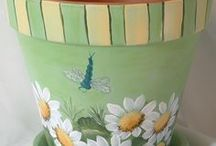 malovany kvetináč s jvetmy