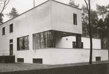 Klassisk funksjonalisme / Bilder og andre opplysninger om private boliger inspirert av den tidlige fuksjonalismen og av Bauhaus.