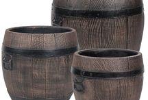 Plantenbak Roto / Deze ronde Roto kunststof plantenbak, heeft de uitstraling van een houten plantenbak, maar nu met alle voordelen van kunststof! Door deze fraaie uitstraling past deze plantenbak perfect op het terras bij de Roto regenton.