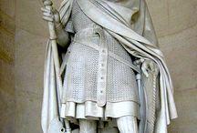 Martel Charles (690 +741) Maire du Palais (717-741) puis Princeps Francorum / Né v 690, décès le 22 oct 741 (à 51 ans) Faits d'armes: BATAILLE DE POITIERS. Famille: Père: PEPIN LE BREF (fils de Pépin de Herstal) et d'ALPAÏDE (2° épouse  de Pépin de Herstal) - Duc d'Austrasie et maire du palais (717-741) puis Dux et Princeps Francorum (souverain de facto de tous les royaumes des Francs).- Conjoints: *ROTRUDE (CARLOMAN, PEPIN LE BREF, HILTRUDE, LANDRADE, ALDA). *CHROTAIS (BERNARD). *SWANAHILDE (GRILLON). *Concubine inconnue (JERÔME, REMI DE ROUEN).
