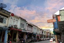 Phuket Town sightseeing / Phuket Town have the long history from 1st century B.C. by colonists from India Since the 16th century, the Europeans have been interested in the tin trade of Phuket. The called the island 'Junk Ceylon'