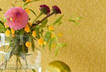 Trends Frühling 2018 / Dieses Frühjahr dominieren Palmenprints, Art Deco und grossflächige Blumendrucke den Tapetenmarkt.   Gelb – in all seinen Facetten und Schattierungen – sowie die von Pantone gekrönte Trendfarbe Ultra Violet sind nicht nur in der Mode sondern auch im Interior Design nicht mehr wegzudenken. Wir haben euch eine Auswahl unserer Lieblingstapeten und Wandverkleidungen zusammengestellt: von Urban Jungle bis Gatsby!