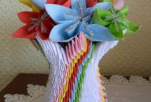 Origami - co można zrobić z papieru / Każdy zna pojecie origami ale czy ktoś z Was próbował tej wspaniałej sztuki jaka jest robienie przedmiotów z papieru?   Czym jest dokładnie origami? To sztuka składania papieru, pochodząca z Chin, rozwinięta w Japonii i dlatego uważa się ją za tradycyjną sztukę japońską. W XX w. ostatecznie ustalono reguły origami: punktem wyjścia ma być kwadratowa kartka papieru, której nie wolno ciąć, kleić i dodatkowo ozdabiać i z której poprzez zginanie tworzone są przestrzenne figury.