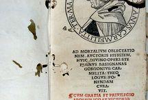 Baptista, Mantuanus, 1448-1516. Ad mortalium oblectationem... [CM-1474-1(DTR)] / Battista Spagnoli, anomenat també Battista Mantovano fou frare carmelità italià, reformador de l'ordre i important humanista i poeta en llatí. Figura destacada en el món cultural, escrigué un gran nombre d'obres poètiques en llatí com la que us presentem. El seu estil combina la tradició bucòlica clàssica i medieval amb trets populars de la poesia en italià.    La portada del llibre està impresa a dues tintes. L'obra està dividida en dos volums relligats junts.