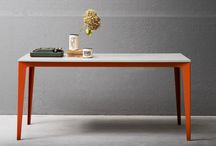 """Tavoli e tavolini - Jag / Jag è un tavolo con struttura in metallo verniciato e piano legno, quadrato o rettangolare, disponibile in versione fissa o allungabile. Il piano dalla particolare conformazione """"dogata"""" disponibile in diverse finiture può essere abbinato ai laccati del basamento."""