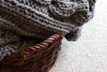 Narzuty i pledy ręcznie robione na szydełku i na drutach / Duże, ciepłe pledy i narzuty z wełny lub grubej włóczki z dodatkiem 50% wełny wykonane ręcznie na drutach, zdobione w warkocze, w różnych kolorach.