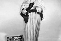 """Vestuario / Hay cierta magia en las palabras """"seda"""" y """"encaje"""", ¿No es cierto? -dijo la tía-. Su sonido me hace sentir como si estuviera preparándome para un baile. Y seda amarilla; me hace pensar en un vestido hecho con rayos de sol. Siempre soñé con tener un vestido de seda amarilla.  Lucy Montgomery"""