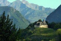 Saint-Savin / Implanté sur un promontoire en balcon au-dessus de la vallée d'Argelès-Gazost et  entouré par les montagnes du Lavedan, le village de Saint Savin  est un haut lieu du patrimoine.