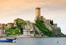 Campings aan een meer / Een prachtig uitzicht, watersporten en vissen. Dit ervaar je op onze bij het water gelegen campings. Van het Gardameer in Italie en het meer van Annecy in Frankrijk, de keuze is aan u.