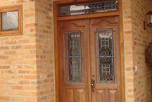 portas de madeiras da fachada