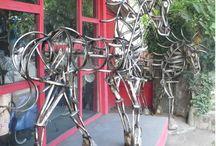 escultura con piezas de bicicleta. / escultura construida con piezas de bicicleta antigua.