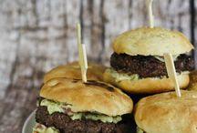 Grill Rezepte - Burger, Fleisch, Fisch & Gemüse / Wir lieben Grillen! Egal ob Frühling, Sommer, Herbst oder Winter – bei uns darf jederzeit etwas auf den Grill geworfen werden! Und seitdem wir unseren tollen Broil King Sovereign XL Gas Grill haben, werfen wir eh alles auf den Grill, was bei drei nicht auf dem Baum ist :-) Dazu braucht es natürlich noch Beilagen wie Salate, Burger Buns oder Gemüse – lasst euch überraschen!