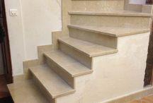 TEXAS Bât. : Escalier / rénovation d'un vieil escalier en bois qui a suivis plusieurs étapes de construction : démolition, coffrage, ferraillage, décoffrage, pose de marbre puis finition en peinture sur mur