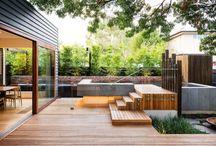 Patios y jardines / Modernos diseños en exteriores de edificios. Patios traseros y jardines, creados por profesionales paisajistas, con una buena ejecución en los materiales empleados.