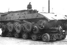 WW2 - PZKPFW E-100 / Panzerkampfwagen E-100–niemieckiprototypowyczołg superciężkiopracowany w końcowej fazieII wojny światowej. Pojazd zaprojektowano w ramach programuEntwicklungsserie, mającego na celu opracowanie serii pojazdów pancernych różnych typów, możliwie uproszczonych i zestandaryzowanych.