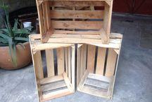 Mesa de centro / Mesa construida con 4 huacales,  parte de un pallet como base y llantas para su mejor desplazamiento.