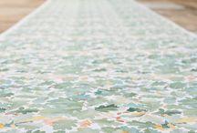 """Lena Boije / Med en landskapsarkitekt till far och en glaskonstnär till mor, var yrkesvalet en självklarhet för designern och bildkonstnären Lena Boije. Likaså att det skulle bli natur och blommor hon skulle måla. Lenas första kollektion """"Svenska blommor"""" åt Borås Cotton är en hyllning till växtriket. Målet var att plocka in naturen i hemmen och offentliga miljöer genom mönster på gardiner, dukar och möbler."""