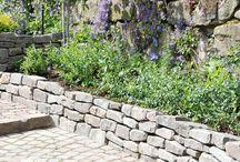Trockenmauer, Trockensteinmauern, Natursteinmauern / Allgemeine Inspiration zum Thema Trockenmauern im Garten. Trockenmauern dienen häufig als Stützmauern an Hängen und Terrassen, als freistehende Unterteilung oder zur Einfassung von Beeten. Fest steht: Durch die groben Steine und die unterschiedlichen Fugen und Nischen entsteht ein ansprechendes, uriges Bild das sich hervorragend bepflanzen läßt.  Die hier gepinnten Bilder sind zum Teil von Dritten. Heinz übernimmt keine Haftung für die Bilder von Dritten.