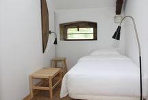 Quartos / Todos os quartos possuem casa de banho privativa e ar-condicionado, pavimentos anti-alérgicos e anti-derrapantes, luz de leitura.