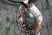 Υπέροχα κοσμήματα με μέταλλο