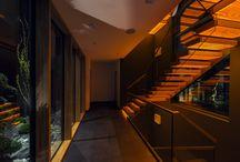 Kragarmtreppe mit transluzenten Stufen aus Holz / Ein spannendes Spiel von Licht, Transparenz und technischem Know-How inszeniert die Treppe aus transluzenten Stufen und Glasbrüstungen.  Die Kragarmstufen und der Handlauf scheinen zu schweben. Jede Treppenstufe leuchtet auf der Unterseite durch das echte Eichenholzfurnier.   »Die Treppe ist das Highlight des Hauses, ich freue mich jeden Abend über die wunderschöne warme Beleuchtung; sowohl im Haus wie auch von außen, wenn ich nach Hause komme.«