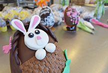 Creando le nostre uova di Pasqua / Uova di Pasqua artigianali... dai colori vivaci e dal gusto irresistibile! Prenotale chiamando lo 059/36.41.96 o passa da noi in Via Emilia Est 794 a Modena.